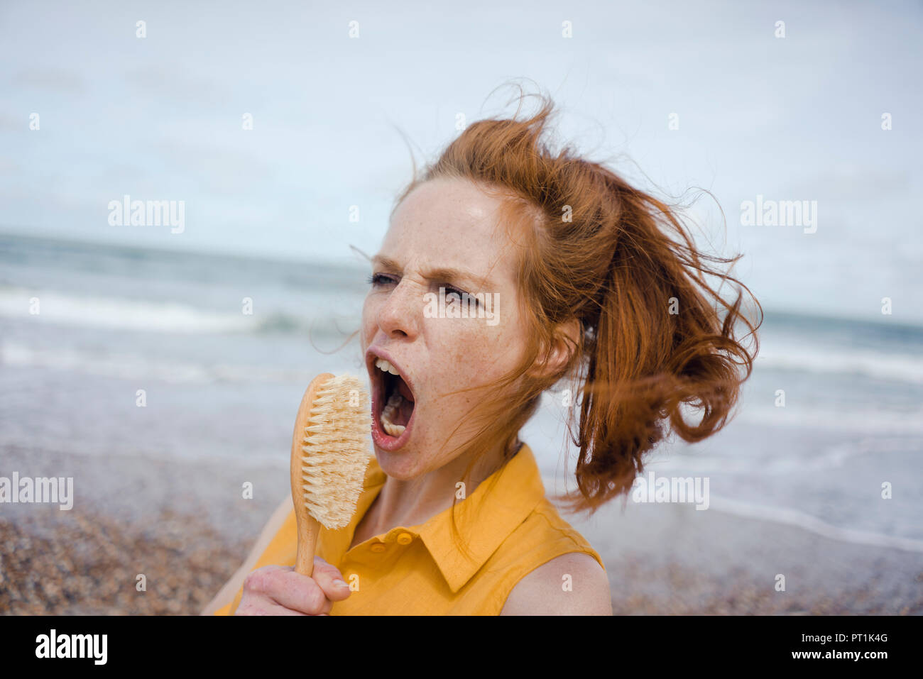 Mujer con cepillo para el pelo al mar como un micrófono Foto ... bb26b760de46