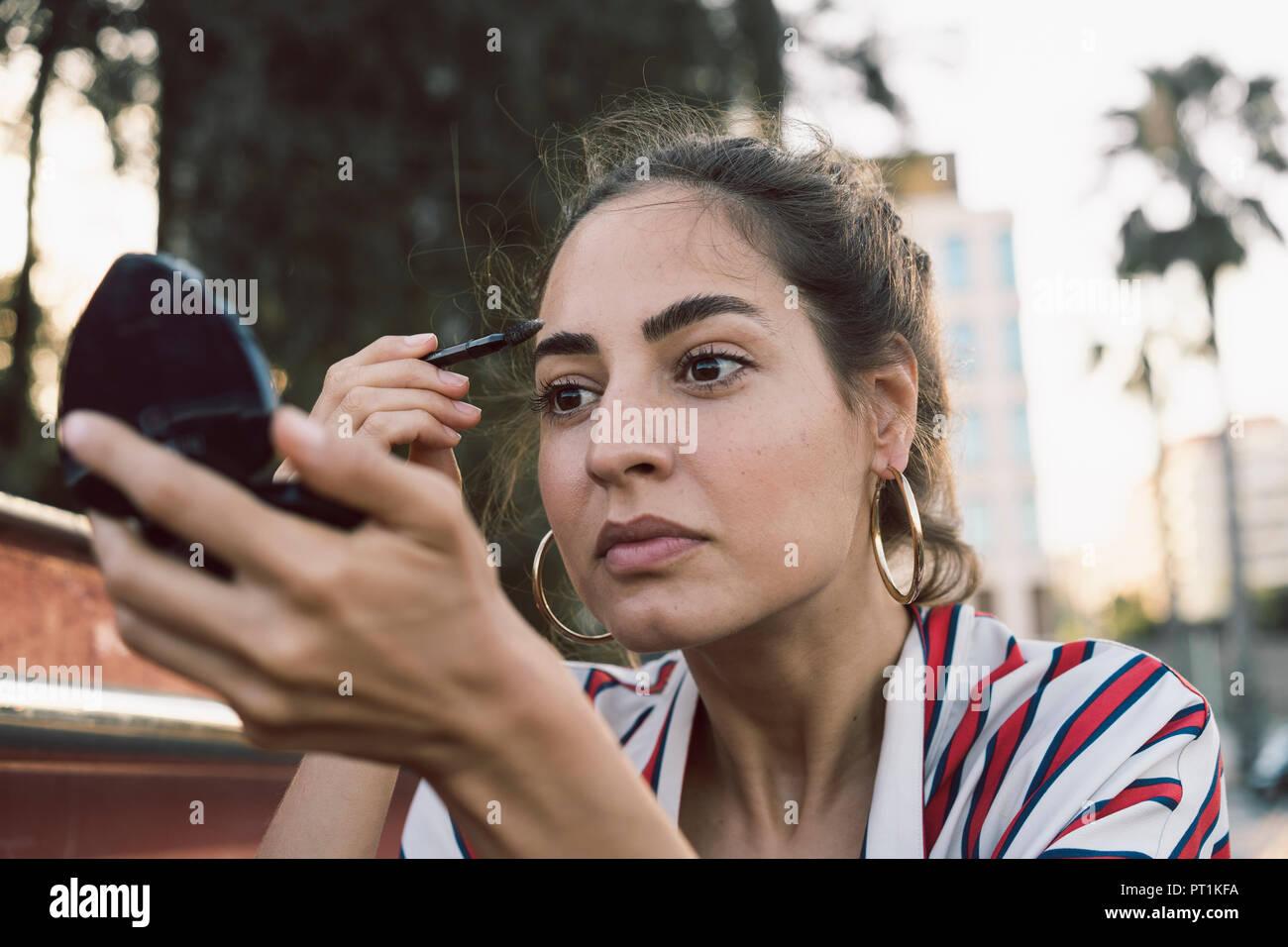 Retrato de mujer de aplicar el rímel Imagen De Stock