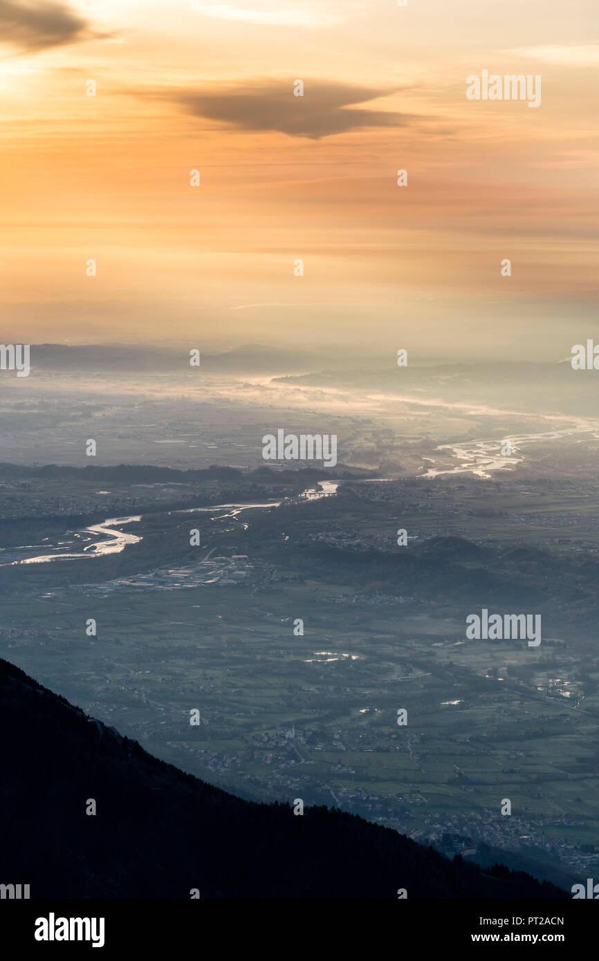 Monte Grappa, provincia de Treviso, Véneto, Italia, Europa, en vista del amanecer desde la cumbre del Monte Grappa en el Venetian y llanuras del río Piave Foto de stock