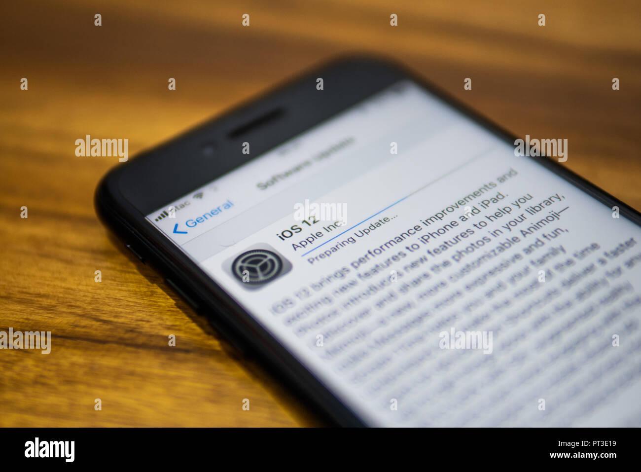 Bangkok, Tailandia - 18 de septiembre de 2018 : Apple iPhone 7 mostrando su pantalla con iOS 12 información sobre las actualizaciones de software. Imagen De Stock