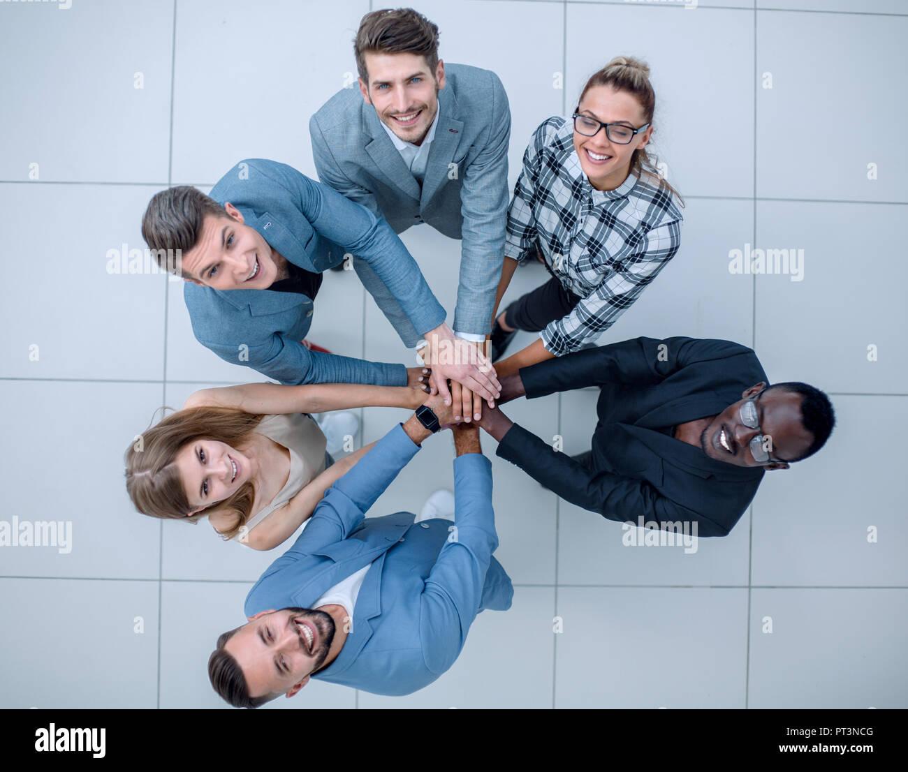 Su un dream team! Alto ángulo de visión completo cuerpo de longitud, tamaño y gran ángulo de visión vertical de carefree, hipster trandy manos plegadas apiladas una encima de e Imagen De Stock