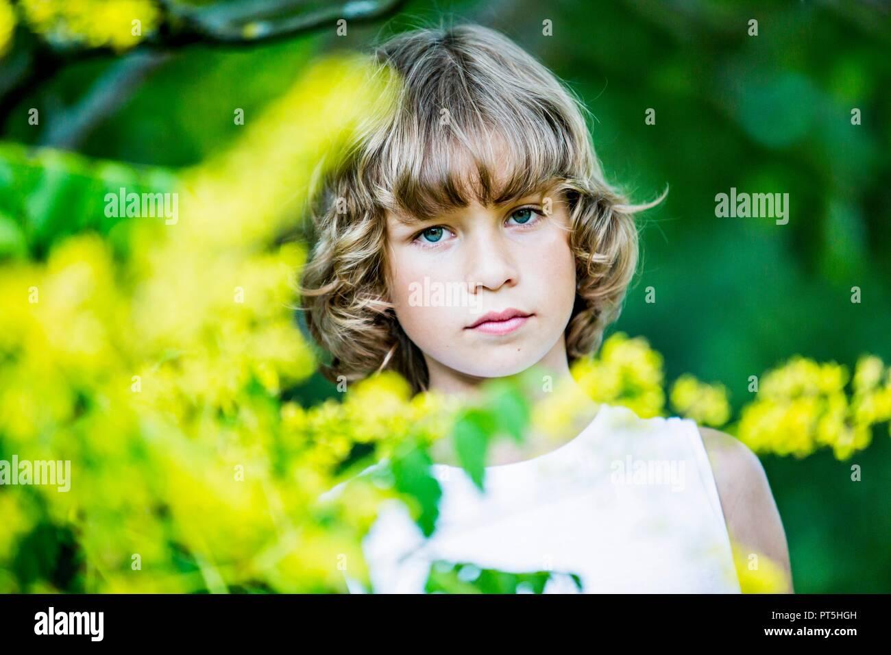 Retrato de joven con flores amarillas en primer plano. Foto de stock