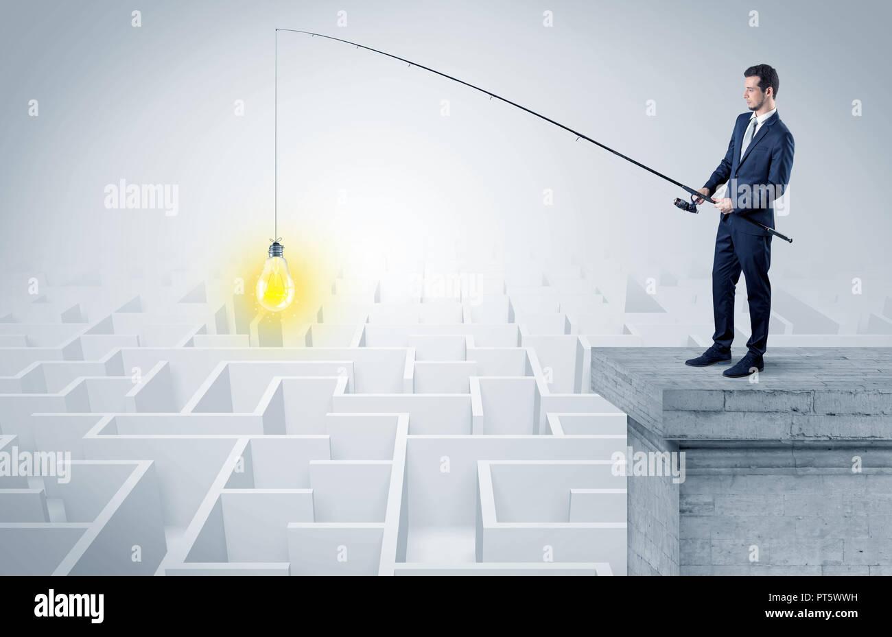 Joven empresario de la pesca nueva idea concepto sobre la parte superior de un edificio de un laberinto. Imagen De Stock