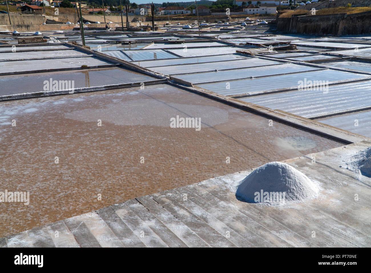 Los montones de sal para secar en cubiertas de madera en Rio Maior salinas. El documento más antiguo refiriéndose a estas Salinas se remonta a 1177, pero se cree que Imagen De Stock