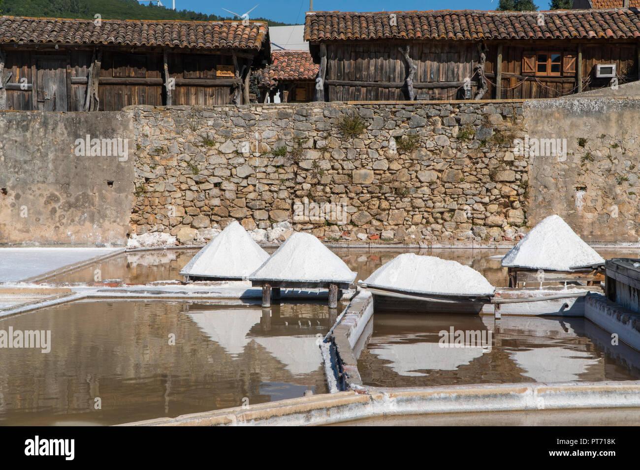 Montones de secado de sal en madera cubiertas en Rio Maior salinas. El documento más antiguo refiriéndose a estas Salinas se remonta a 1177, pero se cree que Imagen De Stock
