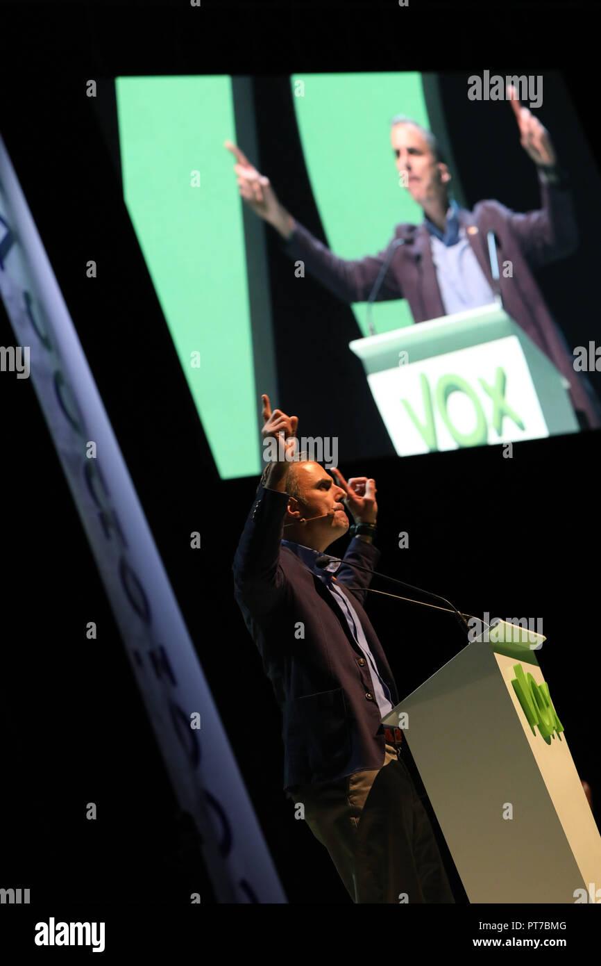 Madrid, España. 7 Oct 2018. JAVIER ORTEGA, el Secretario General, los participantes en el evento. El partido político de extrema derecha Vox ha acaparado este domingo, el 'Palacio de Vistalegre' en un gran acontecimiento que ha atendido, según los organizadores, 10.000 personas, y en la que se han presentado 100 medidas urgentes para España el Oct 7, 2018 en Madrid, España. Crédito: Jesús Hellin/Alamy Live News Imagen De Stock