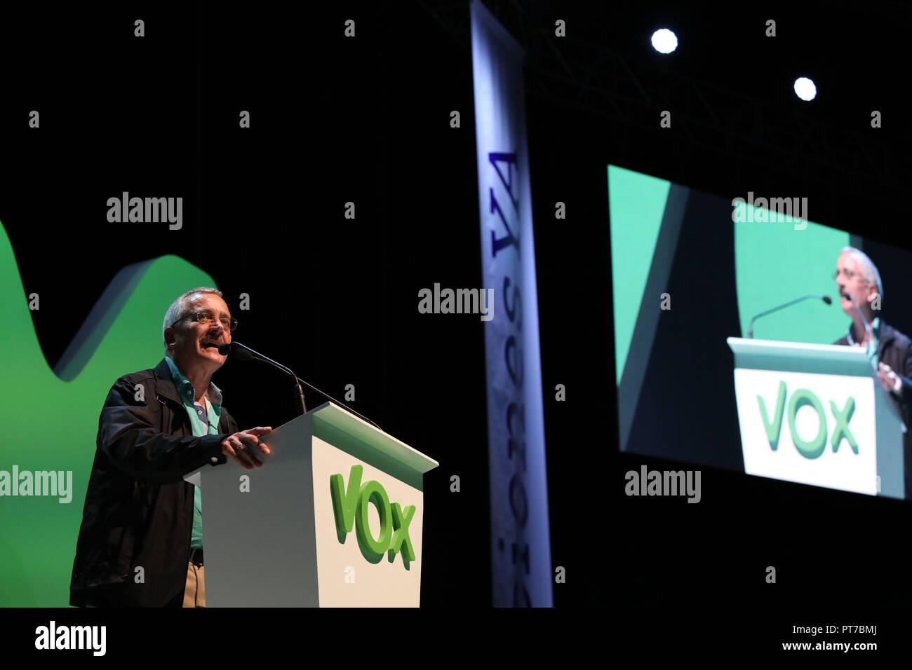 Madrid, España. 7 Oct 2018. José Antonio Ortega Lara, fundador del partido VOX, participando en el evento. El partido político de extrema derecha Vox ha acaparado este domingo, el 'Palacio de Vistalegre' en un gran acontecimiento que ha atendido, según los organizadores, 10.000 personas, y en la que se han presentado 100 medidas urgentes para España el Oct 7, 2018 en Madrid, España. Crédito: Jesús Hellin/Alamy Live News Imagen De Stock