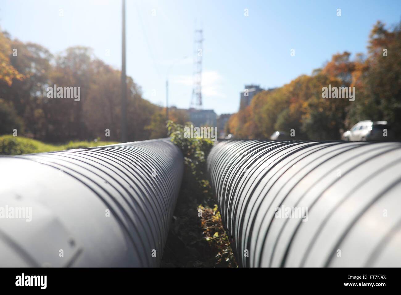 Tubos industriales en construcción de la calle Foto de stock