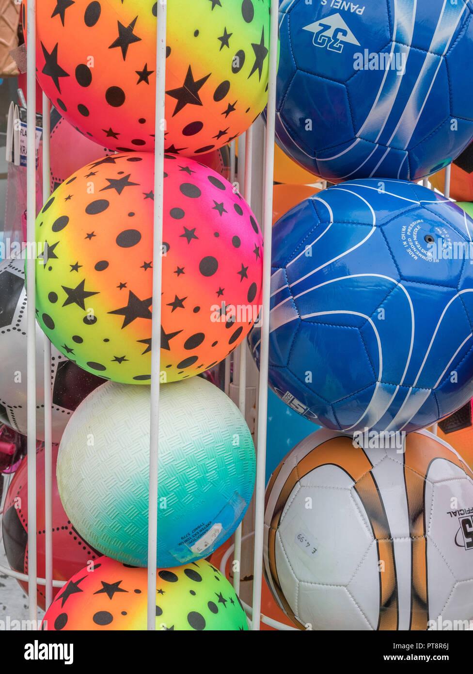Pelotas de playa a la venta en una tienda de souvenir y Newquay seaside.  Imagen 132e9315b316c