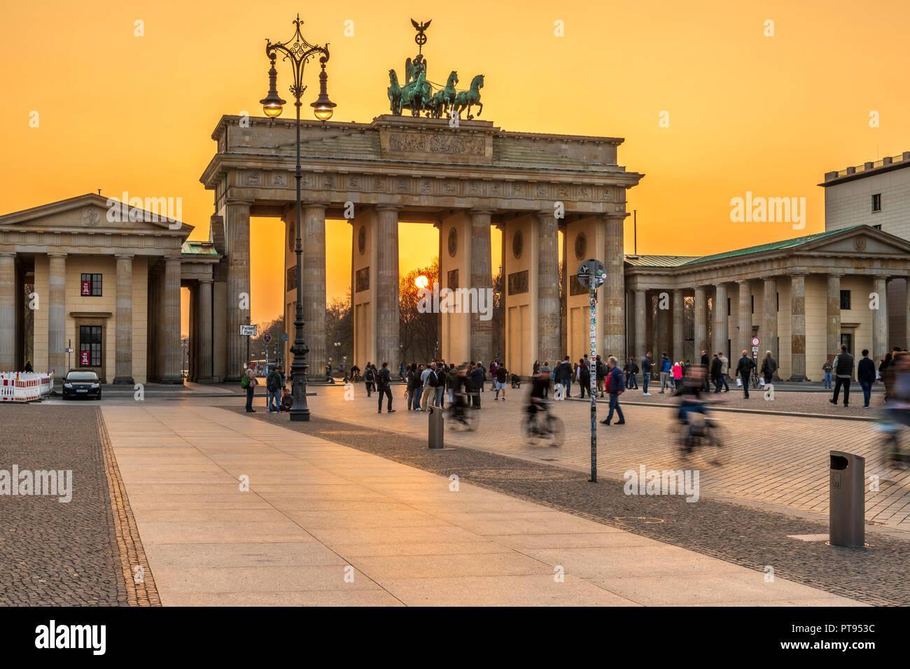 La Puerta de Brandenburgo es un 18th-century monumento histórico neoclásico situado al oeste de la Pariser Platz, en la parte oeste de Berlín. Imagen De Stock