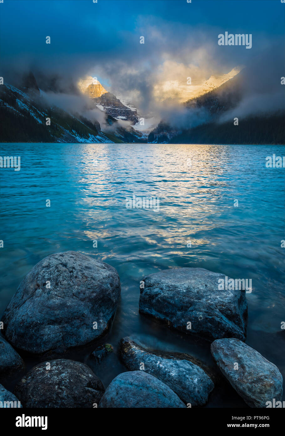 El lago Louise, llamado Lago de los pececillos por el Stoney Nakota los pueblos de las Primeras Naciones, es un lago glaciar en el Parque Nacional Banff, en Alberta, Canad Foto de stock
