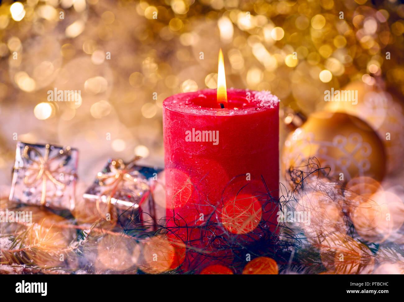 Vela roja con adornos de Navidad y paquete de regalo Foto de stock