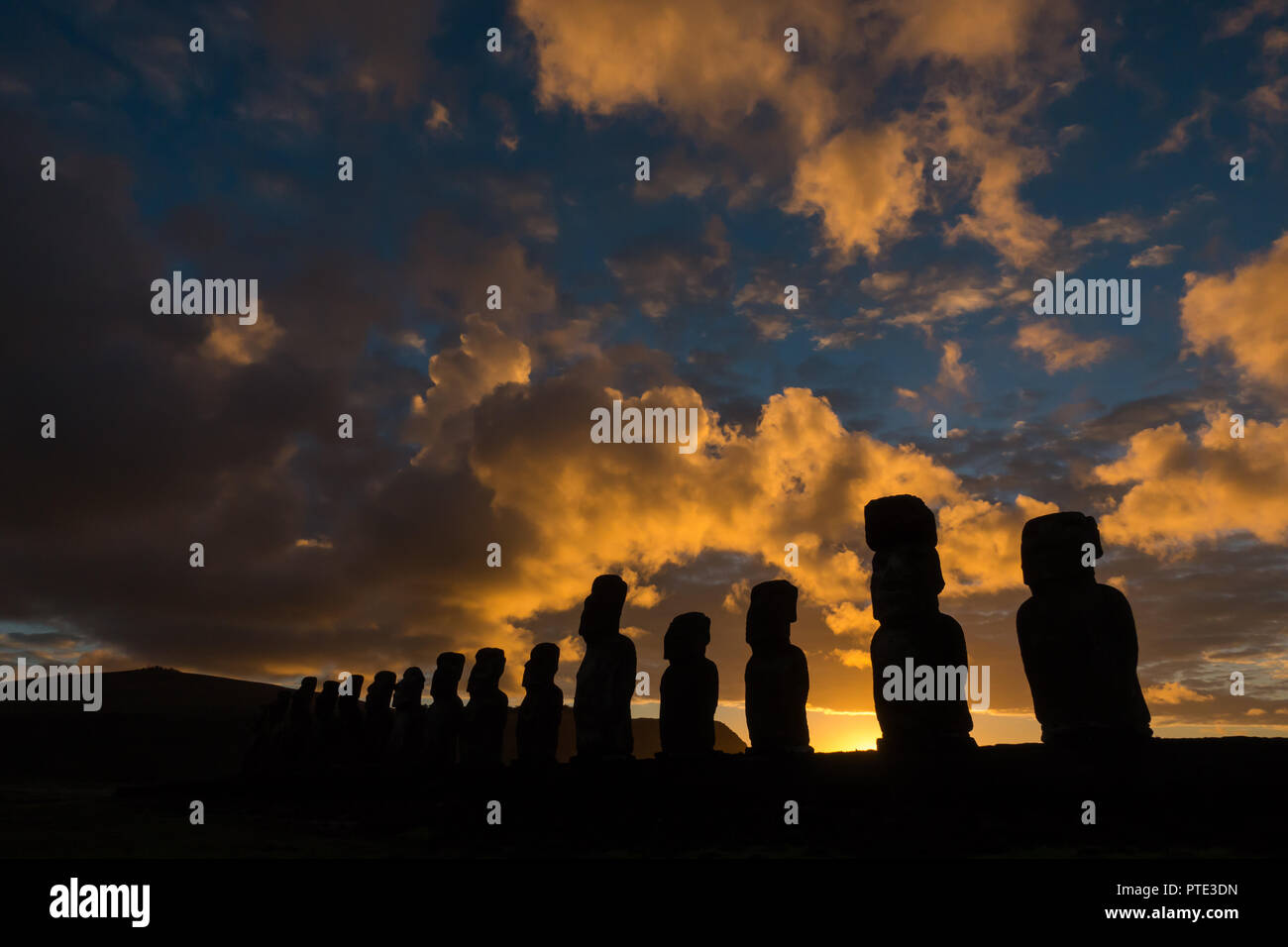 Estatuas Moái en Tonjariki sitio cultural en Rapa Nui, o la Isla de Pascua, Chile Imagen De Stock