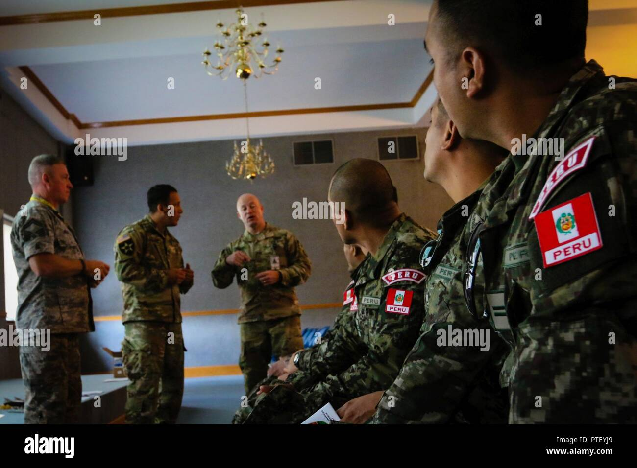 El Sargento Primero Superior de la Fuerza Aérea. Jody Miller, el sargento del ejército. Héctor Guillén y Gral. del Ejército Thomas Poling discutir maneras de coordinar entre la policía militar y civil de los socorristas con soldados del Ejército peruano durante un programa de asociación estatal oportunidad de capacitación durante el 2017 Jamboree nacional en la Cumbre Bechtel reserva cerca de Glen Jean, W.Va., 18 de julio de 2017. Más de 30.000 tropas scouts, líderes, voluntarios y miembros del personal profesional, así como a más de 15.000 visitantes se espera que asistan al 2017 Jamboree Nacional. Aproximadamente 1.200 miembros militares del Departm Foto de stock