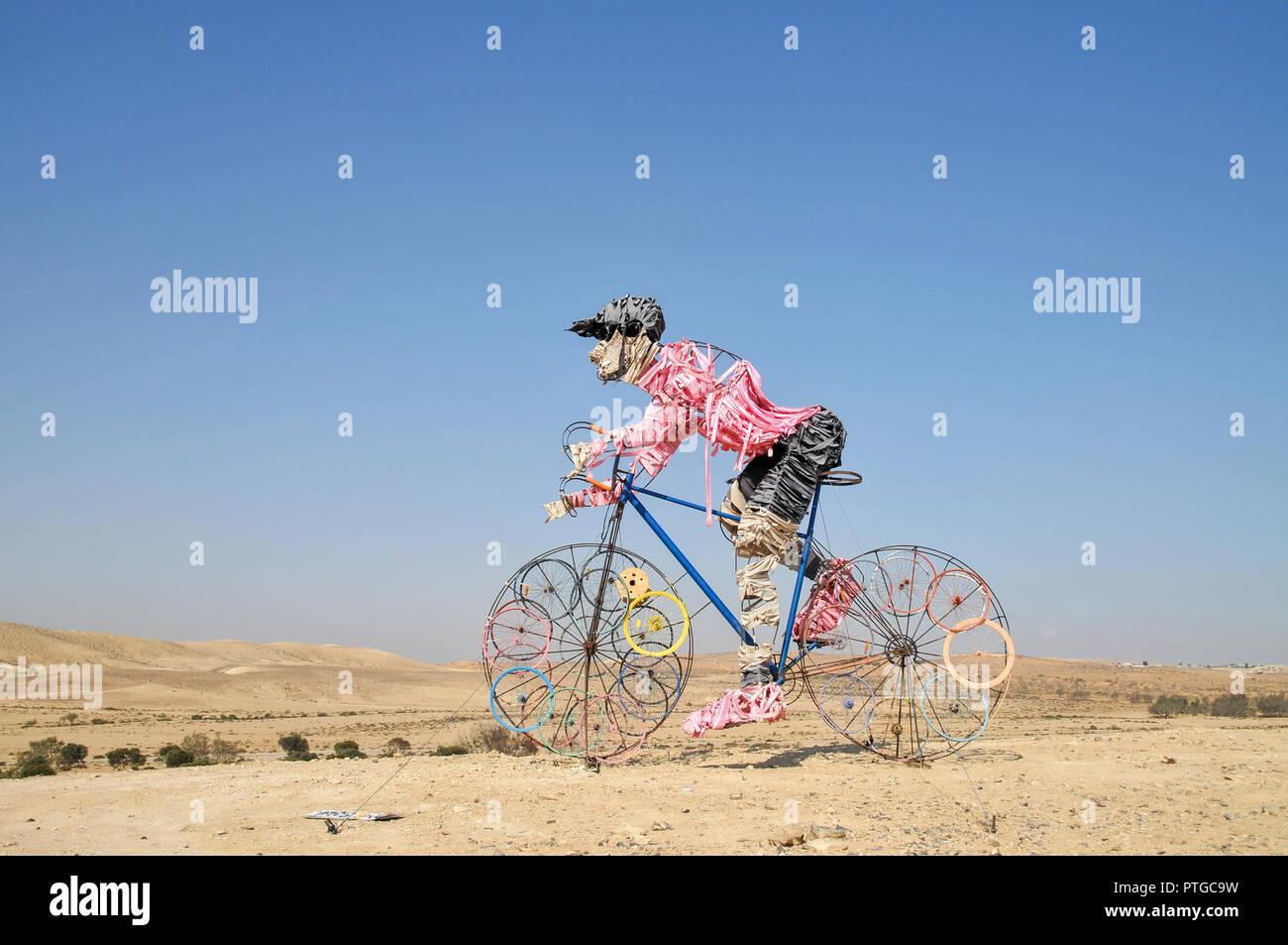 Ciclista estatua en el desierto de Negev, Israel con el Giro d'Italia rosa camiseta Imagen De Stock