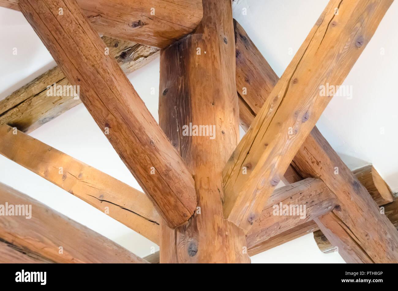 Vigas de madera ensambladas bajo techo Imagen De Stock