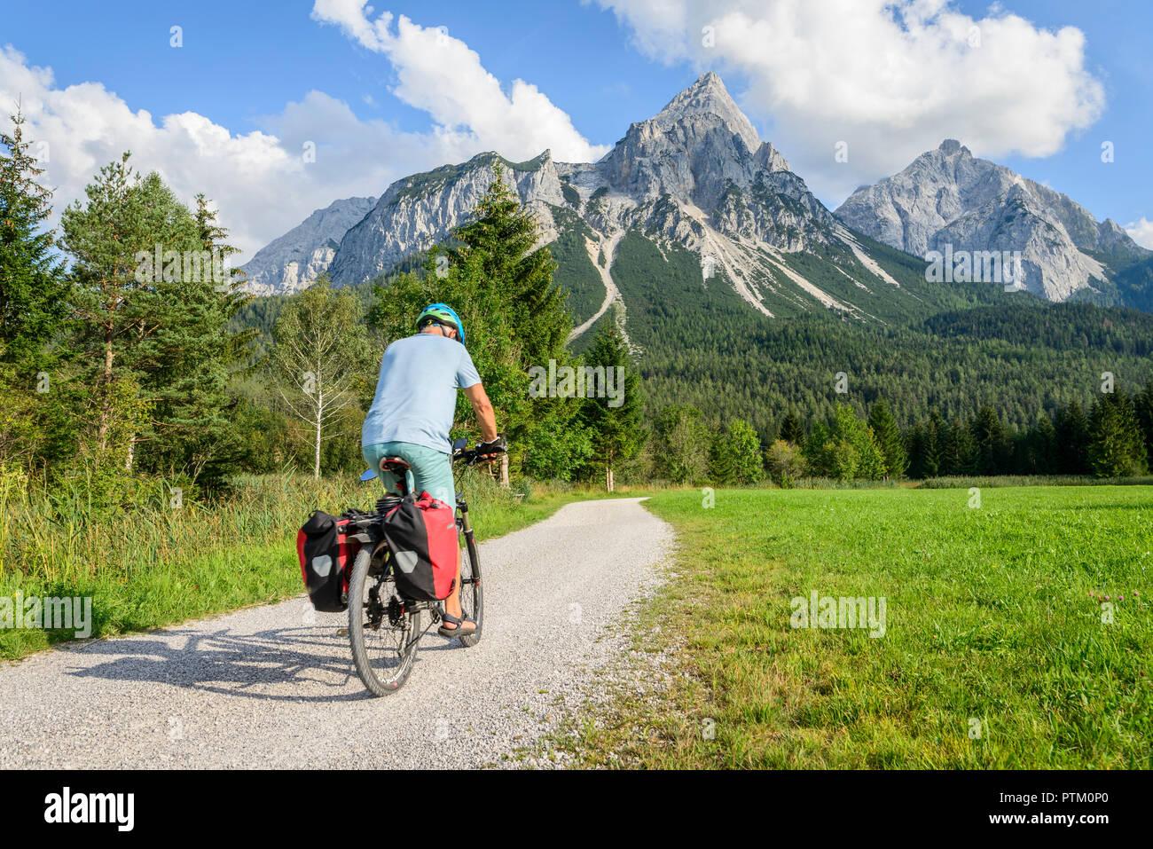 Ciclista con bicicleta de montaña, en el ciclo ruta vía Claudia Augusta, Alpine crossing, en la parte posterior Sonnenspitze, paisaje de montaña Imagen De Stock