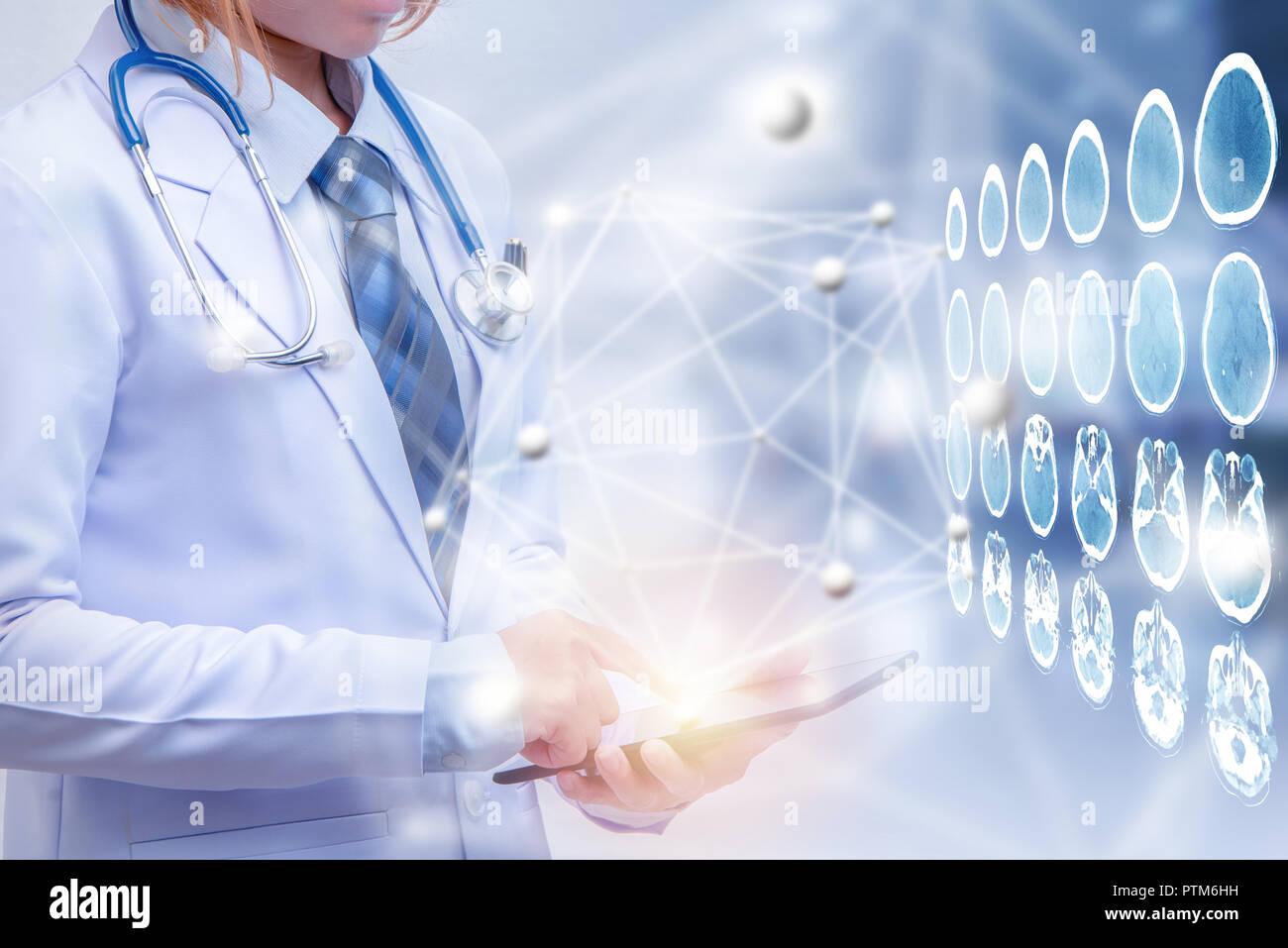 45607da3a Doble exposición doctora celebración tablet o teléfono inteligente, concepto  médico moderno, ilustración, diseño y tecnología médica cerebral CT