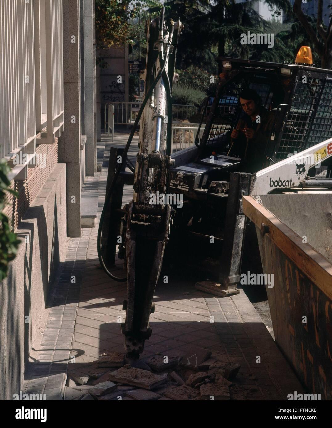 MARTILLO PERCUTOR levantando la acera. Ubicación: exterior. MADRID. España. Foto de stock