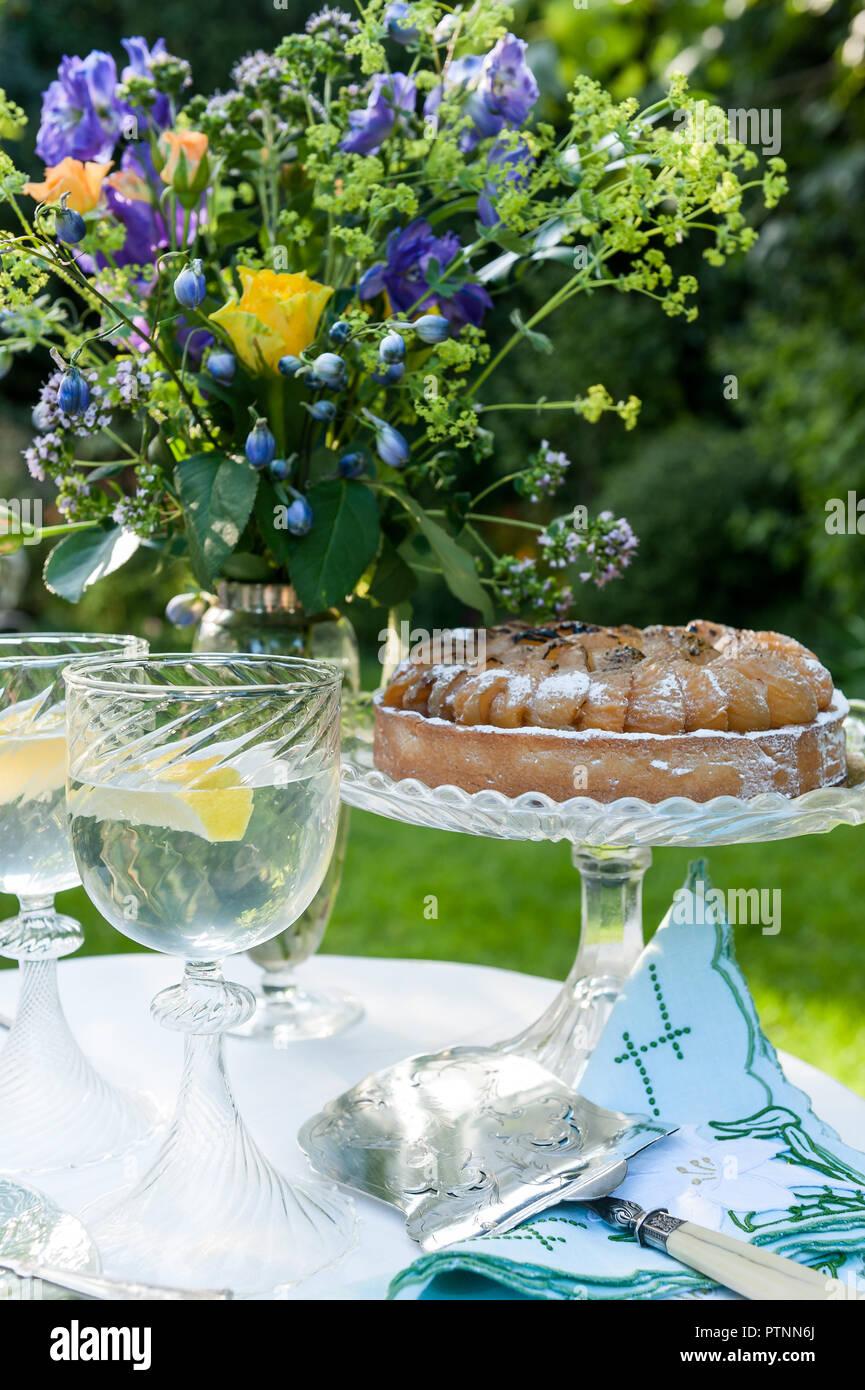Pastel de verano sobre soporte de cristal en el jardín inglés Imagen De Stock