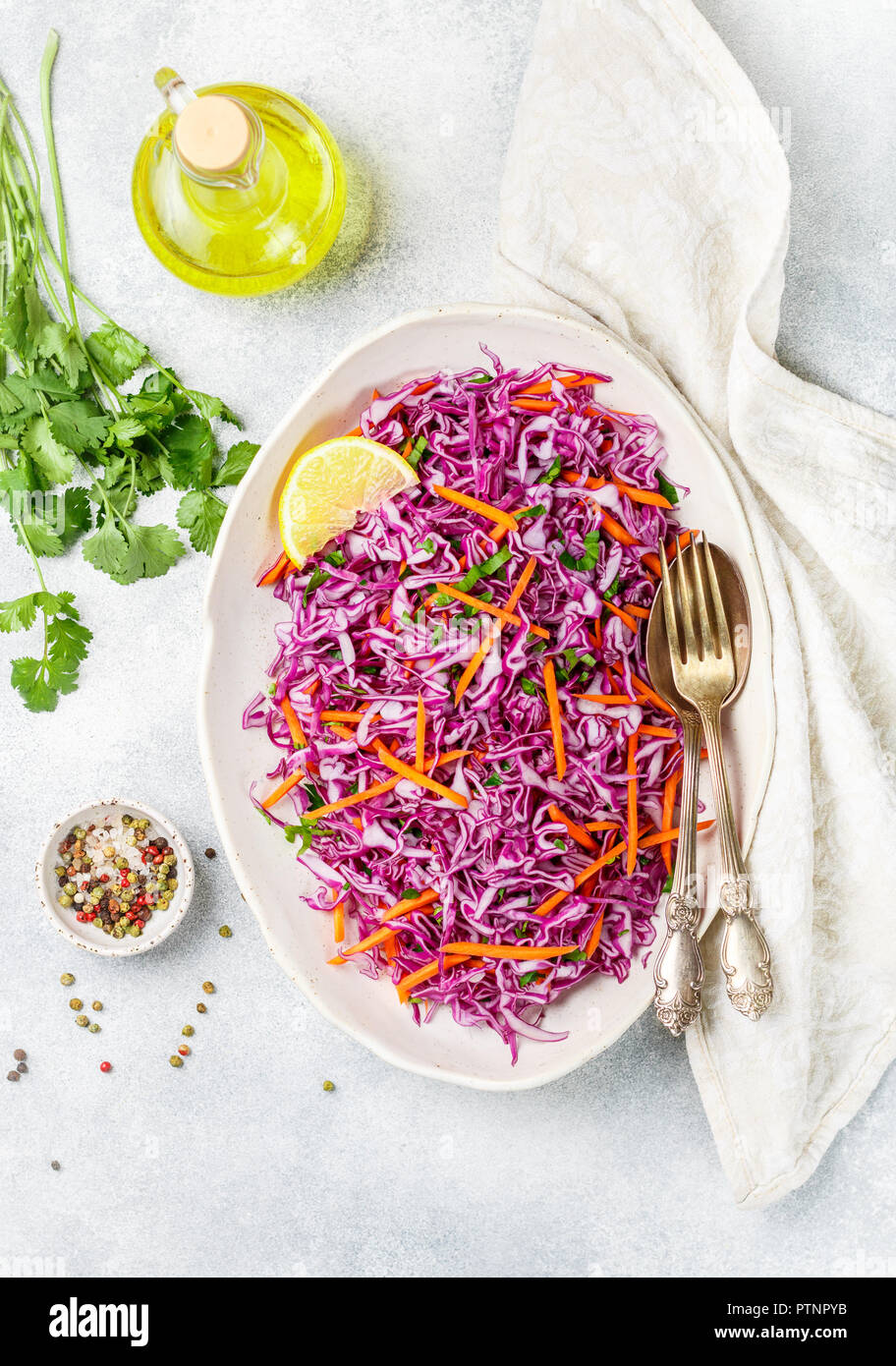 Ensalada de col con zanahorias, hierbas y aceite de oliva y jugo de limón vestirse. Coleslaw. ensalada de col . Luz comida vegetariana. Enfoque selectivo Foto de stock