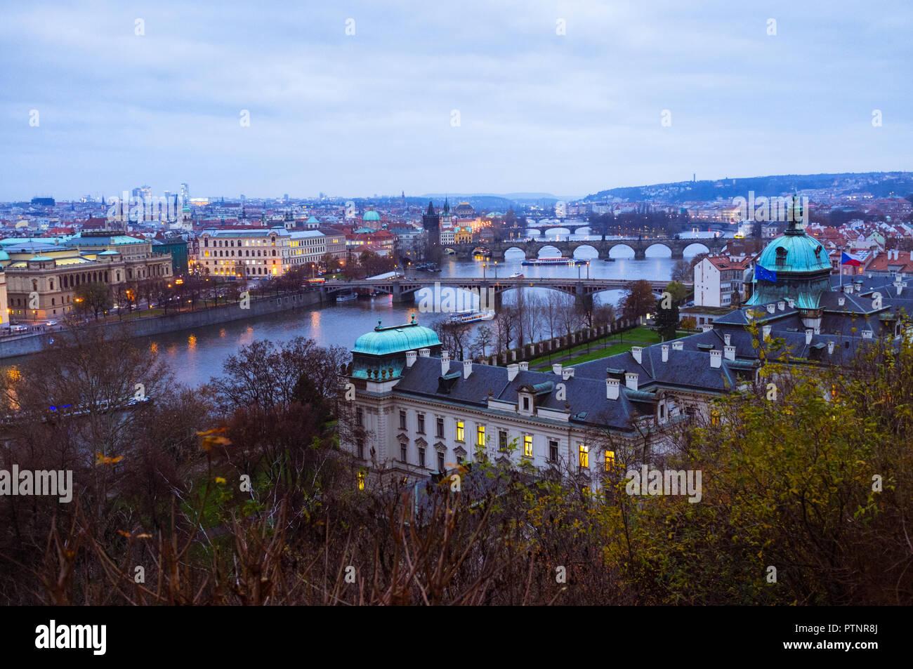 Praga, República Checa : Alta Vista angular de los puentes sobre el río Vltava, visto desde la colina de Letná. Foto de stock
