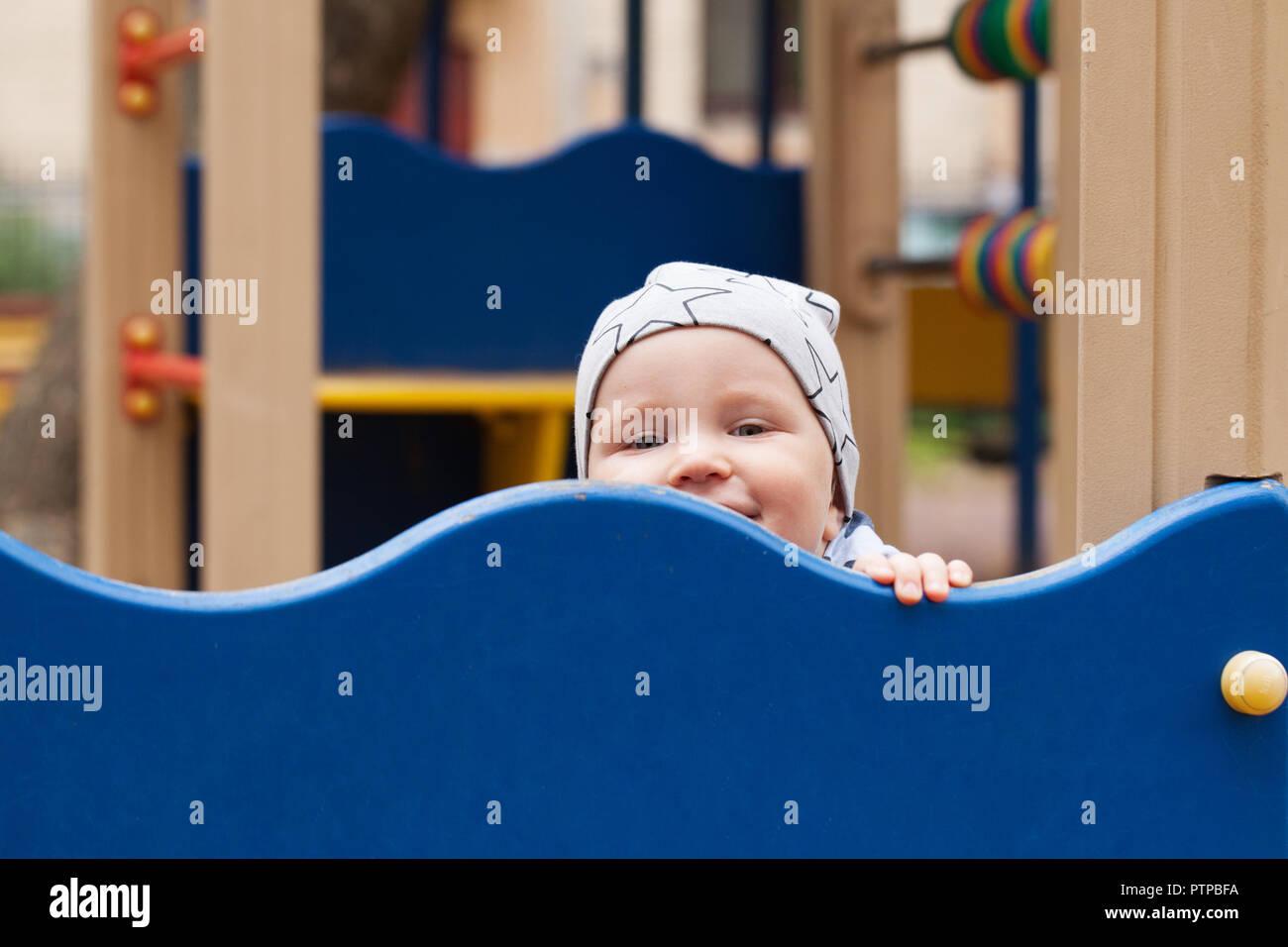 Bebé jugando en el patio al aire libre. Cabrito en playground Foto de stock