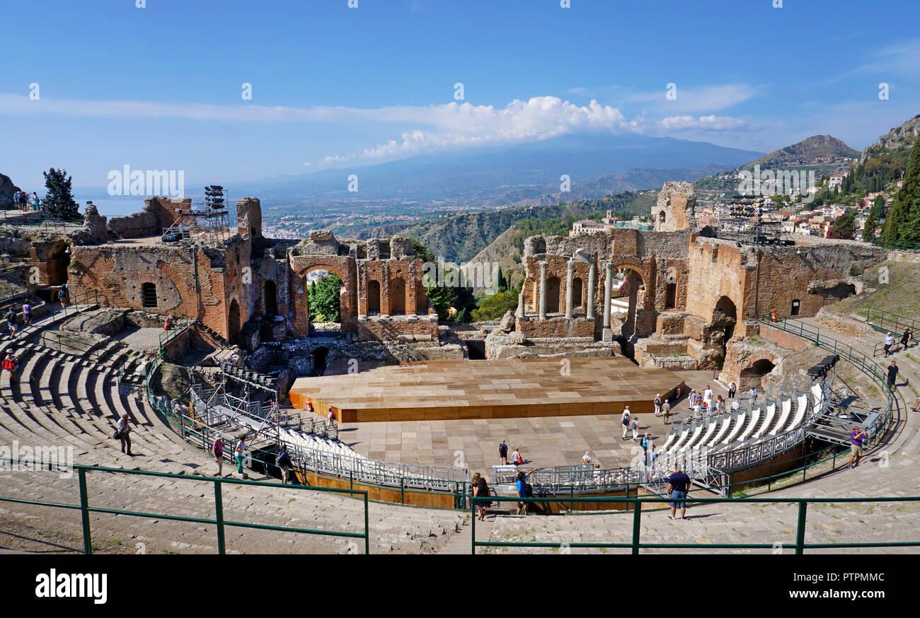 El antiguo teatro greco-romano de Taormina, Sicilia, Italia Foto de stock