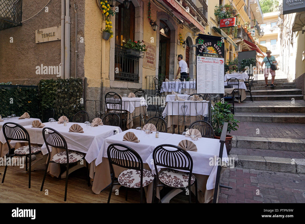 Idílico restaurante en un callejón del casco antiguo de Taormina, Sicilia, Italia Foto de stock