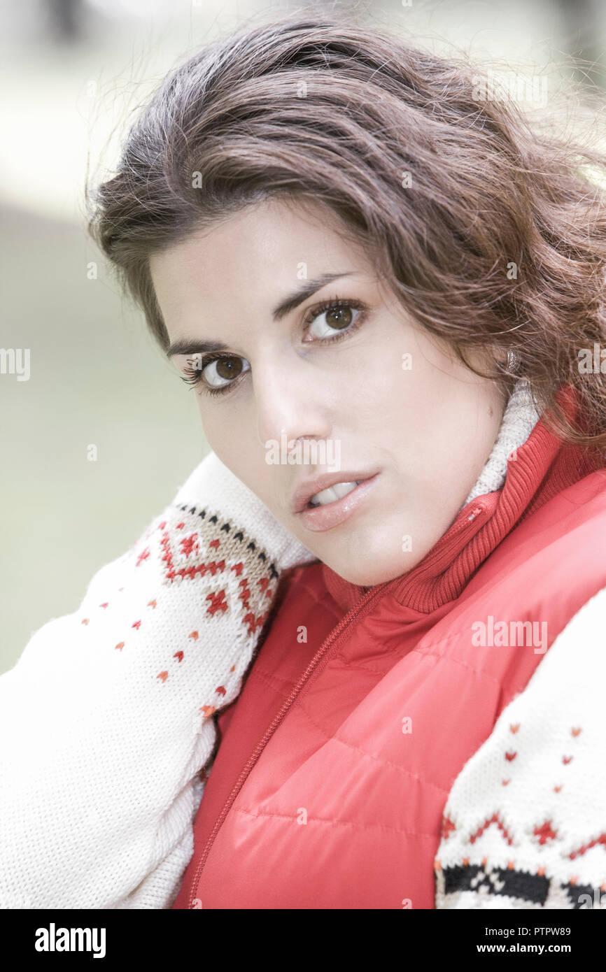 Frau, Herbst, 20-30 Jahre, gluecklich Zufriedenheit Frauenportrait,,,,, Gesichtsausdruck Ausgeglichenheit Stimmung positiv, Blick Kamera, herbstlich, Imagen De Stock
