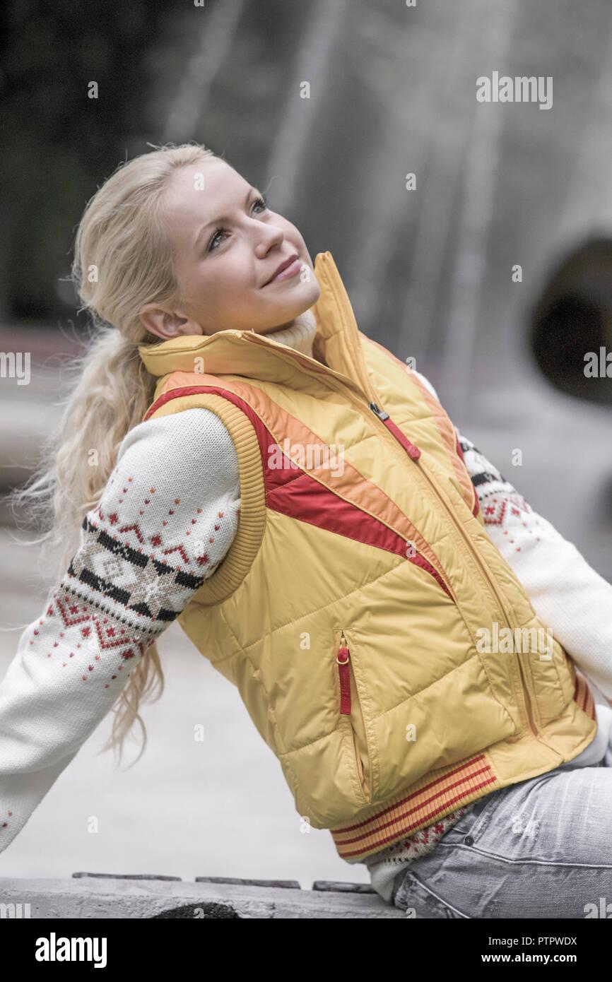 Frau, blonde, Herbst, 20-30 Jahre, Frauenportrait, Strickpullover, suéter, Zufriedenheit, Ausgeglichenheit, Gesichtsausdruck, Stimmung positiv, hierbas Imagen De Stock