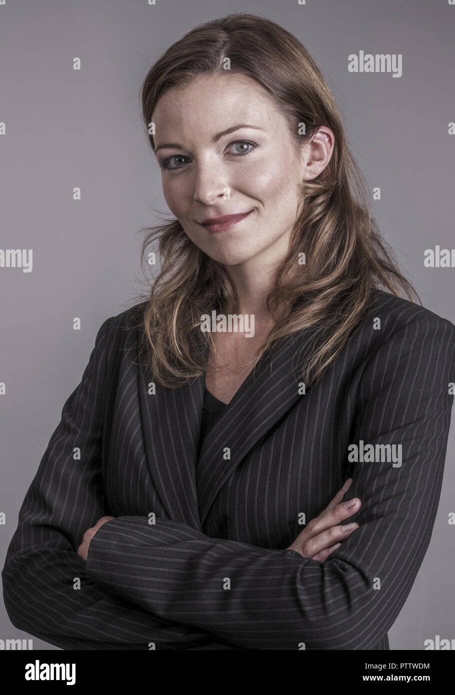 Frau im verschraenkte Anzug, Armenia, Halbportraet (modelo-liberado) Foto de stock