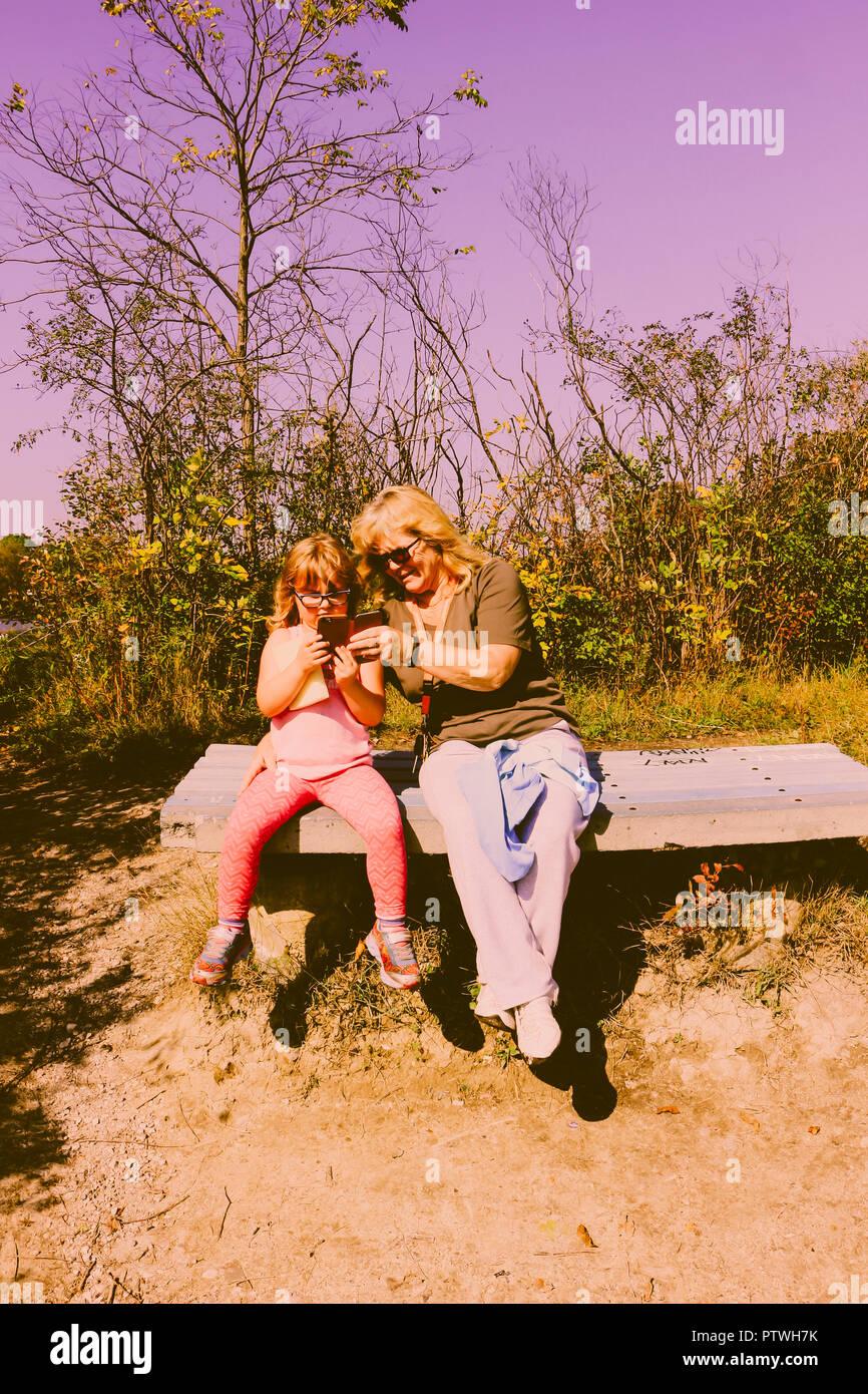 Grand niño gran madre enseñar cómo tomar fotografías con teléfono celular Imagen De Stock