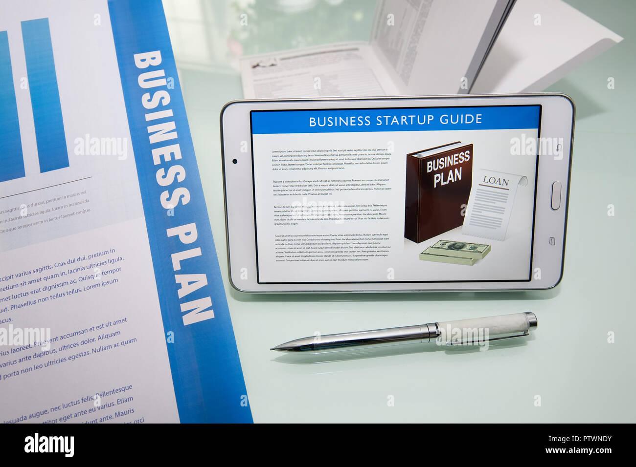 Componentes críticos de la ganadora de un resumen ejecutivo en un plan de negocio con marketing colateral, guías, y pen tablet o pantalla digital. Imagen De Stock