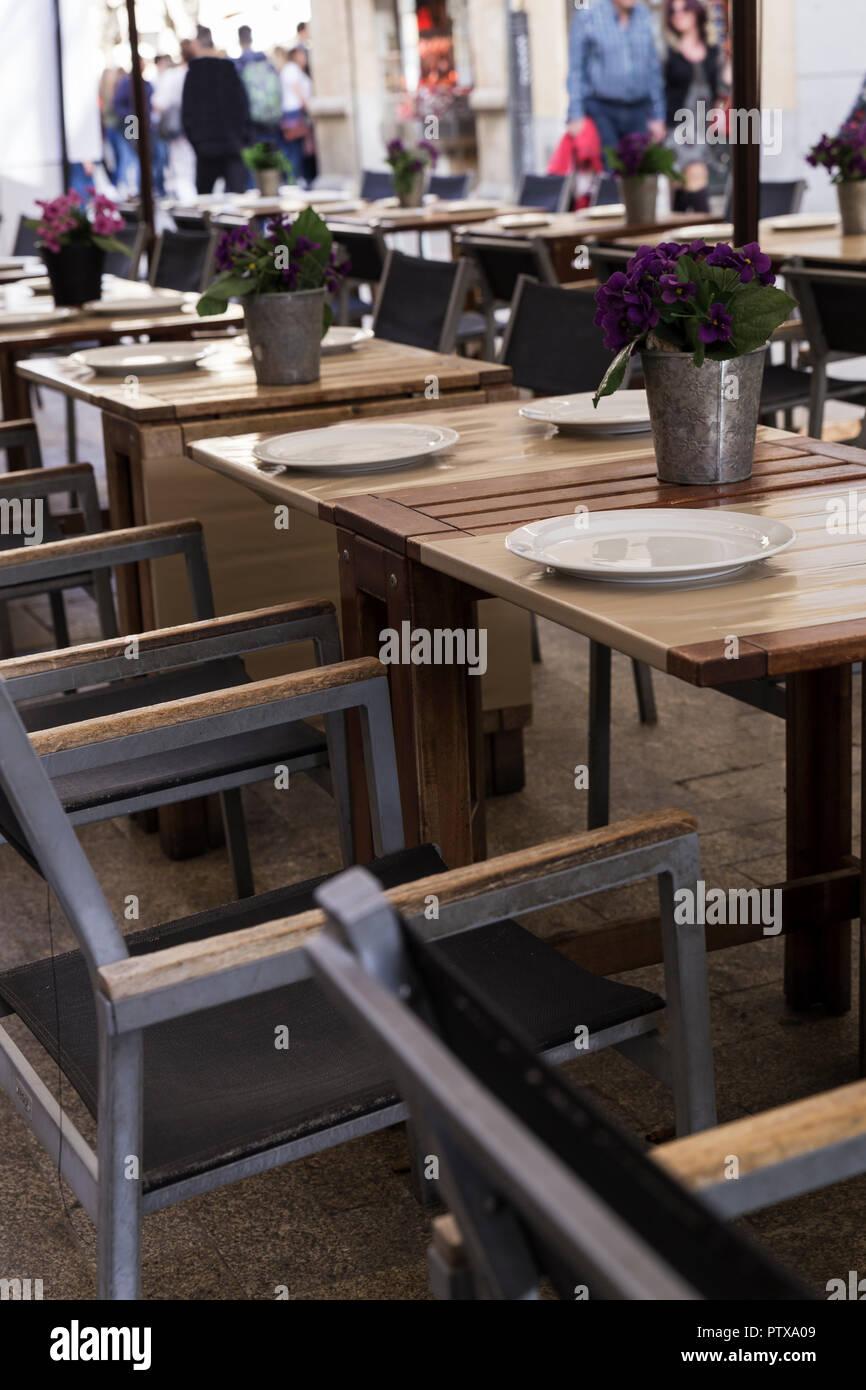 Mesas Decoradas Con Jarrones En La Terraza De Un Elegante