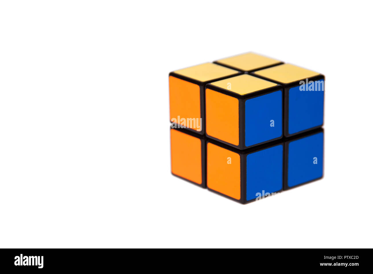 Cuatro pequeños azulejos simple mente fácil Cubo rompecabezas adversas sobre fondo blanco, simplicidad, facilidad Foto de stock