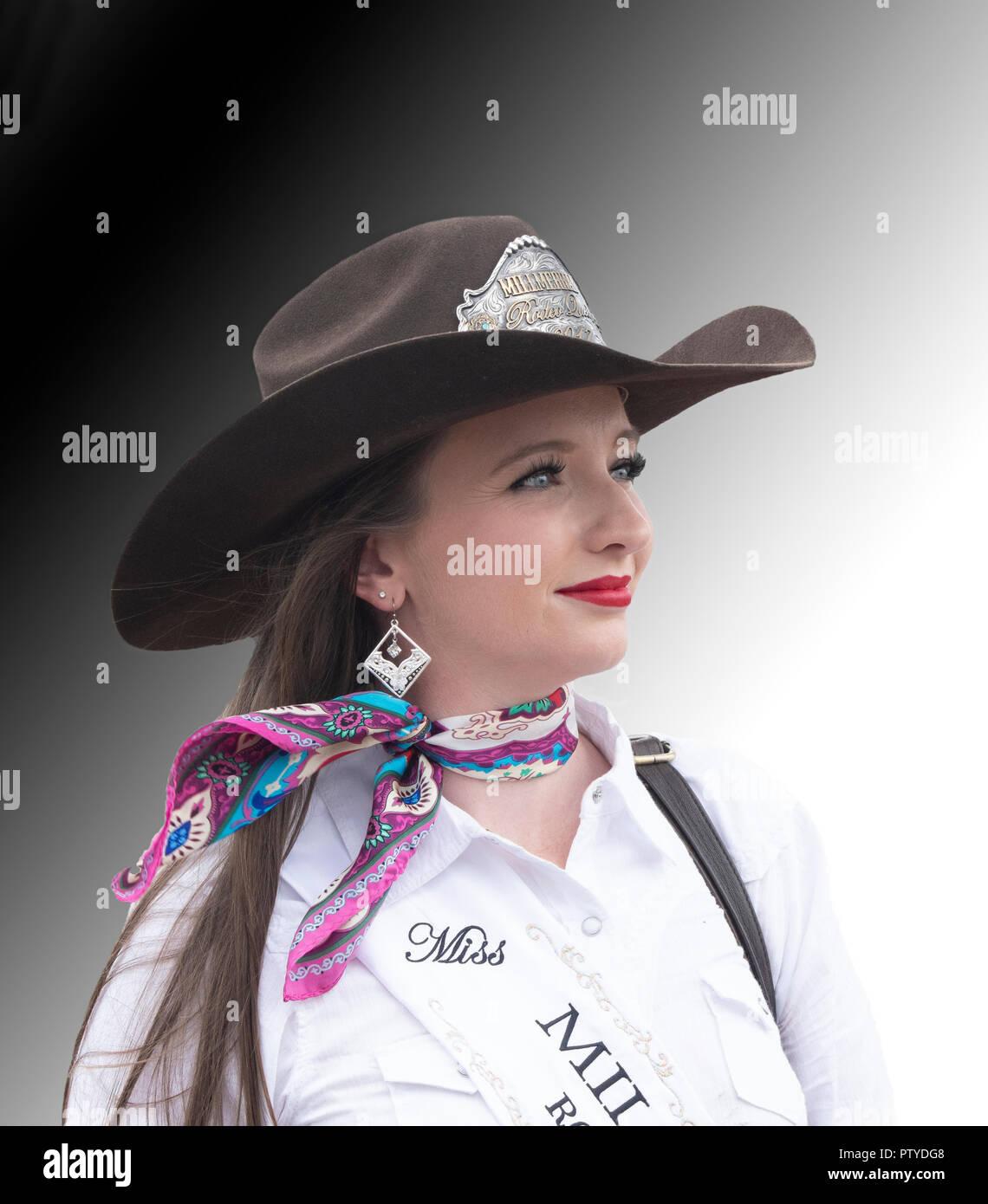 Retrato de una joven muy bonita mujer vistiendo un sombrero de vaquero ddb5b06ecd5