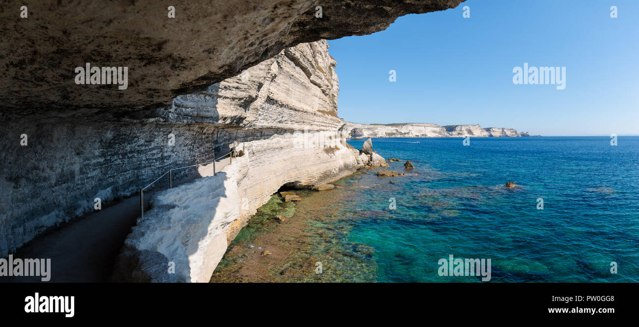 Vista panorámica desde un corte de la ruta costera en el lateral de un acantilado de tiza blanca de piedra caliza que conduce al rey de Aragón escalera en Bonifacio. Foto de stock