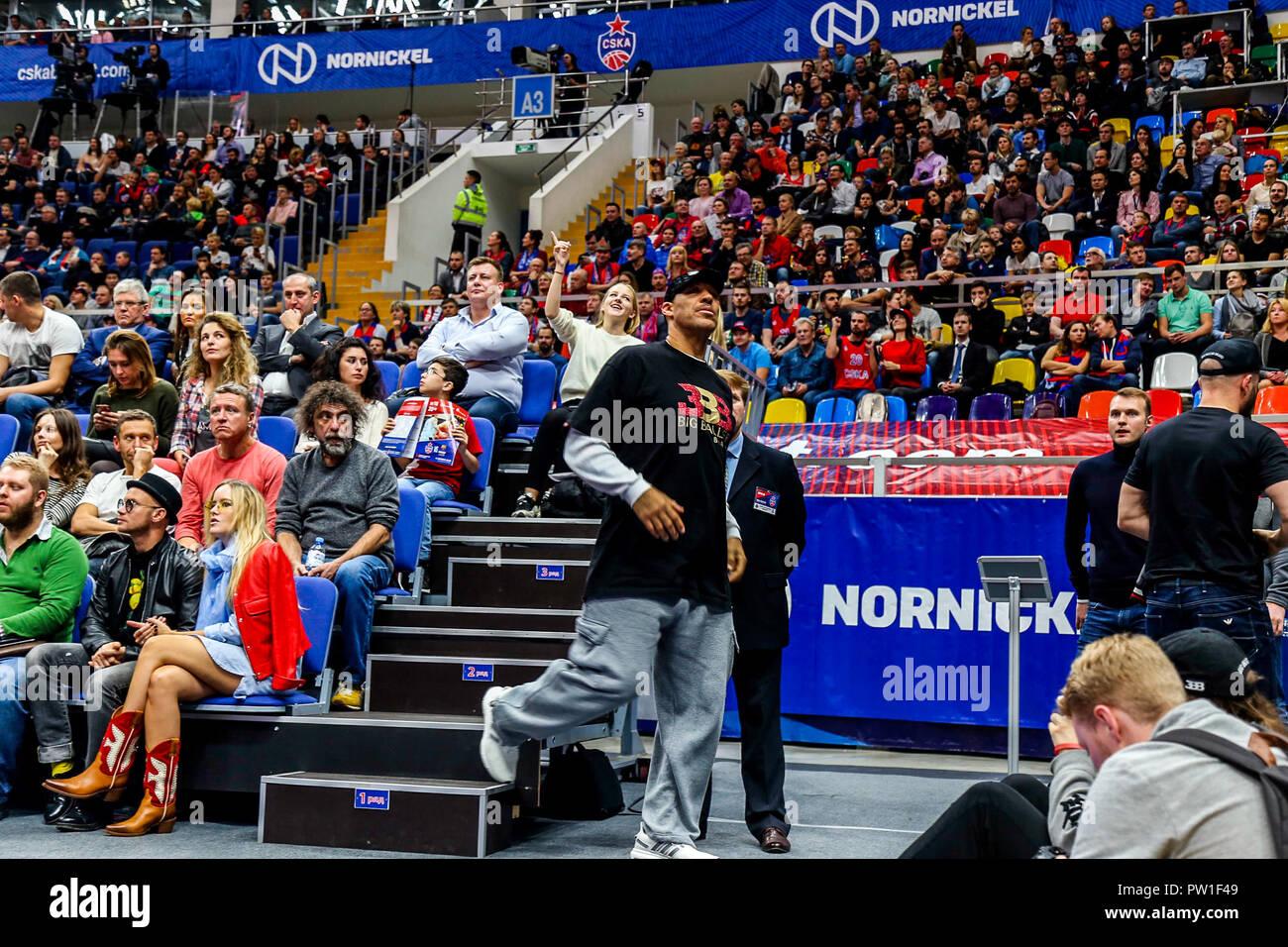 Bola de lavar, padre de Los Ángeles de la guardia del Lago Lonzo Ball, presenta un enmarcado camiseta de Big Baller Marca a CSKA Moscú después de que su equipo jugó CSKA Moscú-2 el día anterior como parte de la Liga (JBA) Asociación de Baloncesto Junior world tour. (CSKA Moscú derrotó el FC Barcelona Lassa 95-75) Imagen De Stock