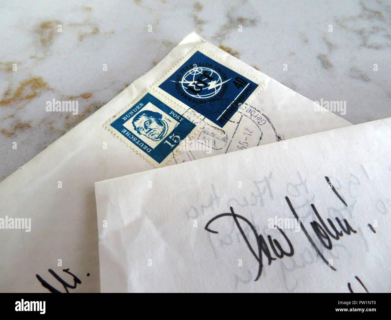 Cartas escritas a mano desde el extranjero comenzando con el querido Juan Foto de stock