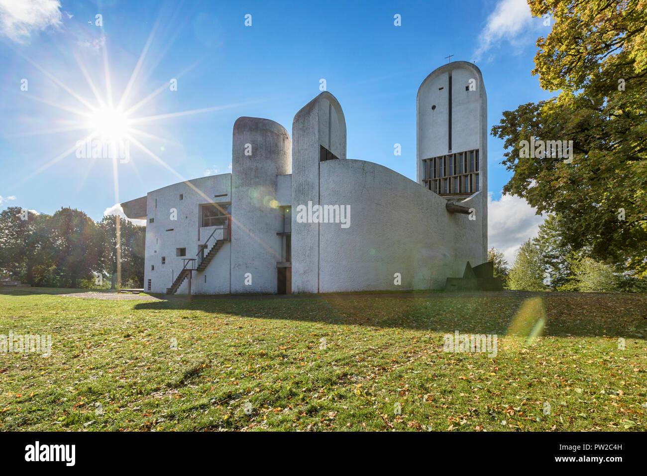 Capilla de Notre Dame du Haut construido por el arquitecto Le Corbusier en 1955 en Ronchamp, de Bourgogne-Franche Comté, Francia. Ver agaisnt Nort-Western mañana s Foto de stock