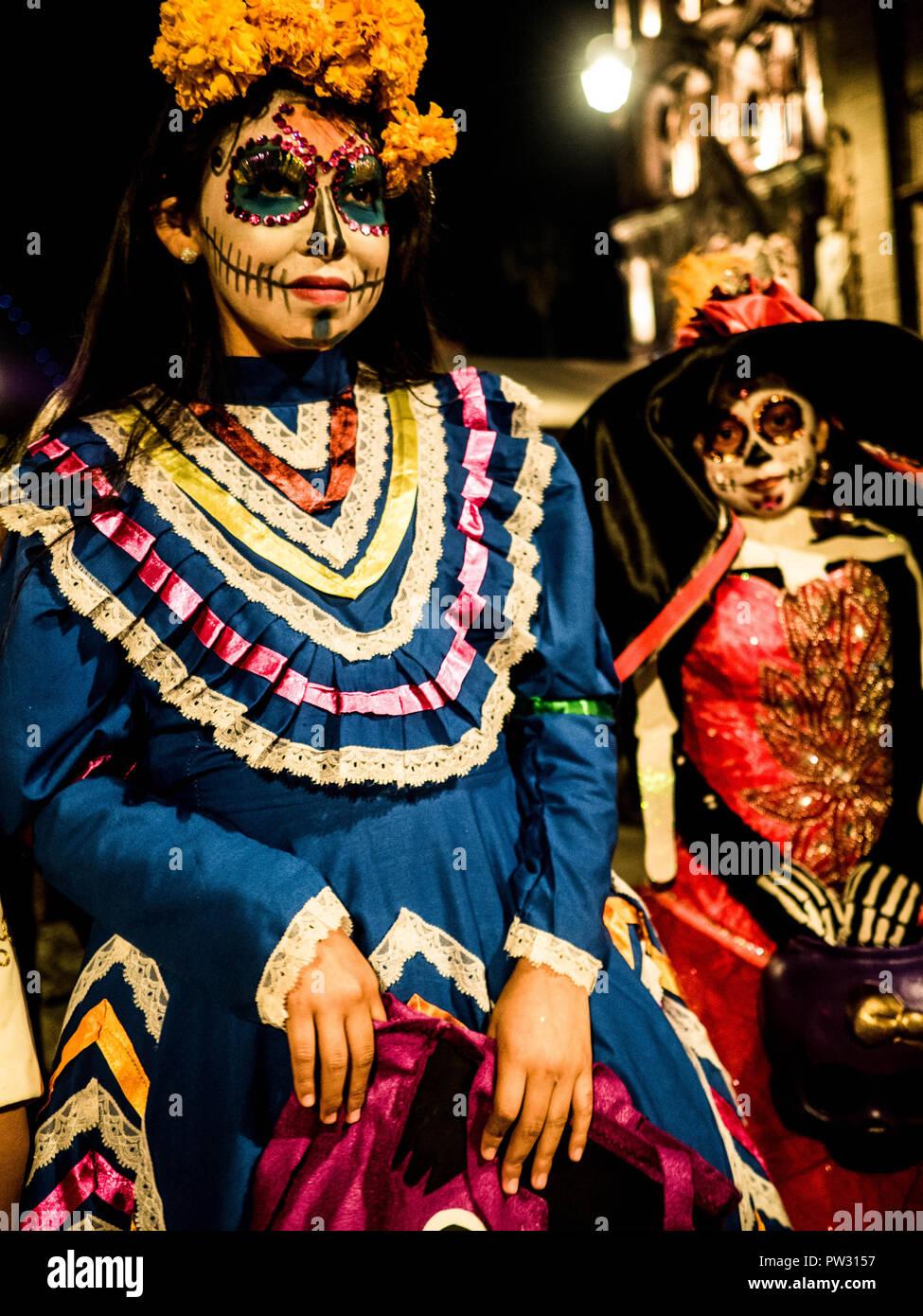 Jóvenes Muchachas Vestidas En Trajes Tradicionales De