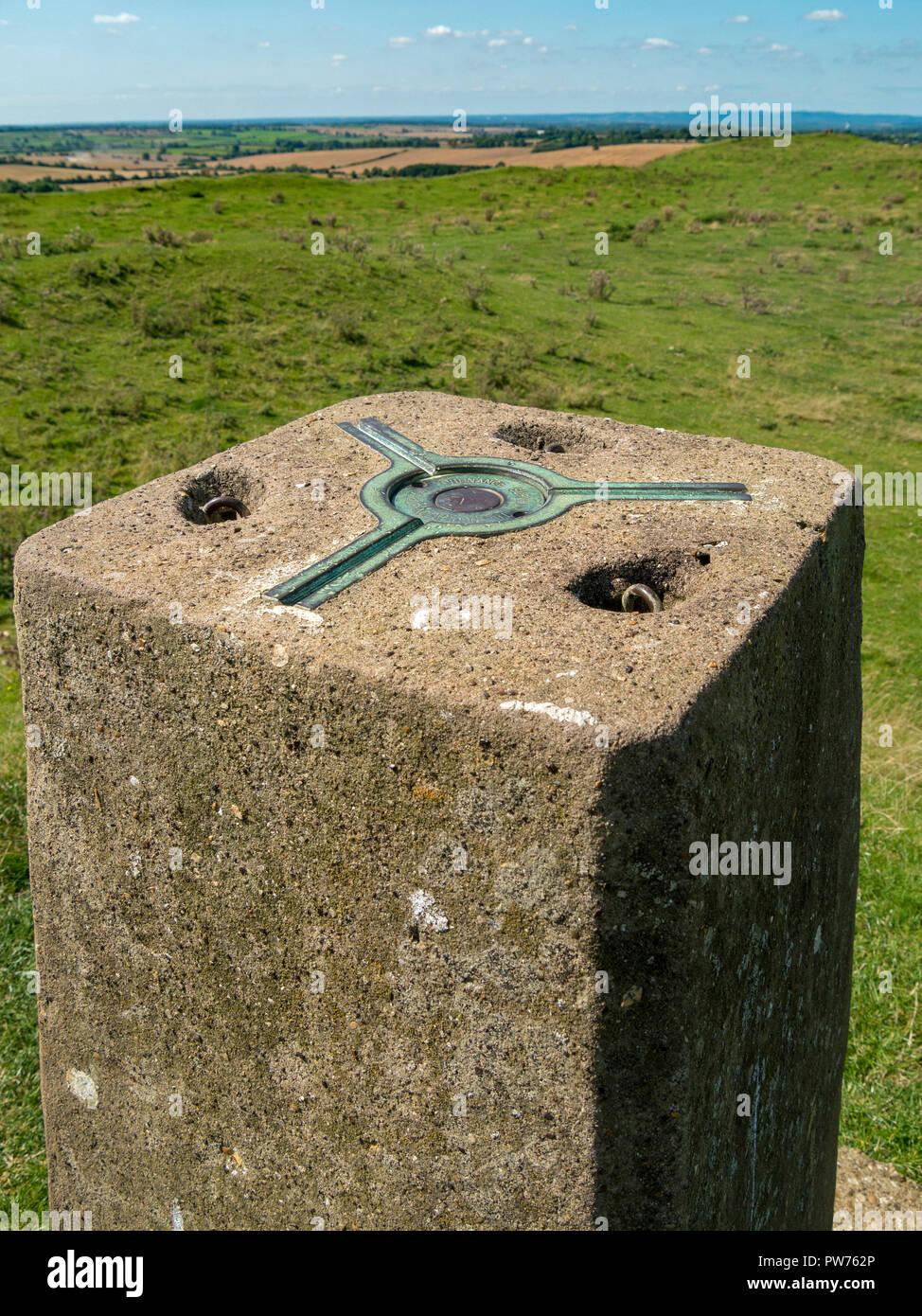 Montaje cinemático de tres puntos (araña) para un estudio de teodolita en la parte superior de la estación de triangulación de Ordnance Survey, Leicestershire, Inglaterra, Foto de stock