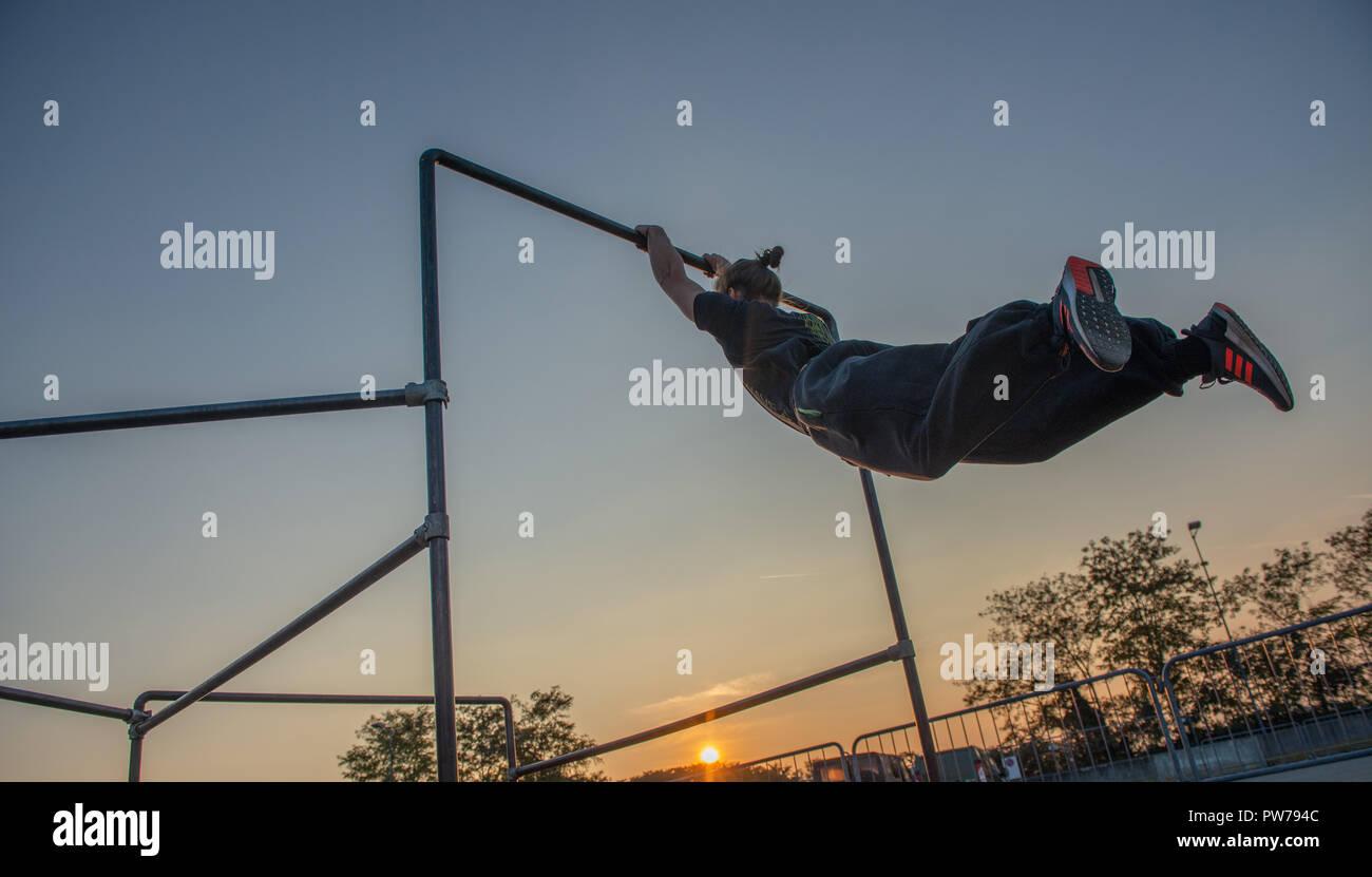 Bergamo, Italia El 12 de octubre de 2018:Parkour 'actividad física en marcha, escalar y saltar para superar un obstáculo Imagen De Stock