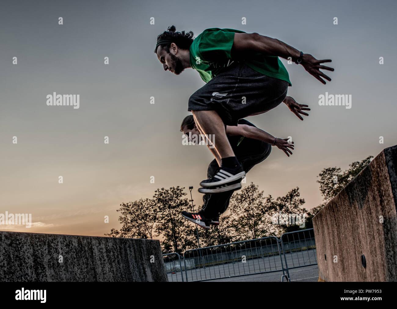 Bergamo, Italia El 12 de octubre de 2018:Parkour 'actividad física en marcha, escalar y saltar para superar un obstáculo Foto de stock