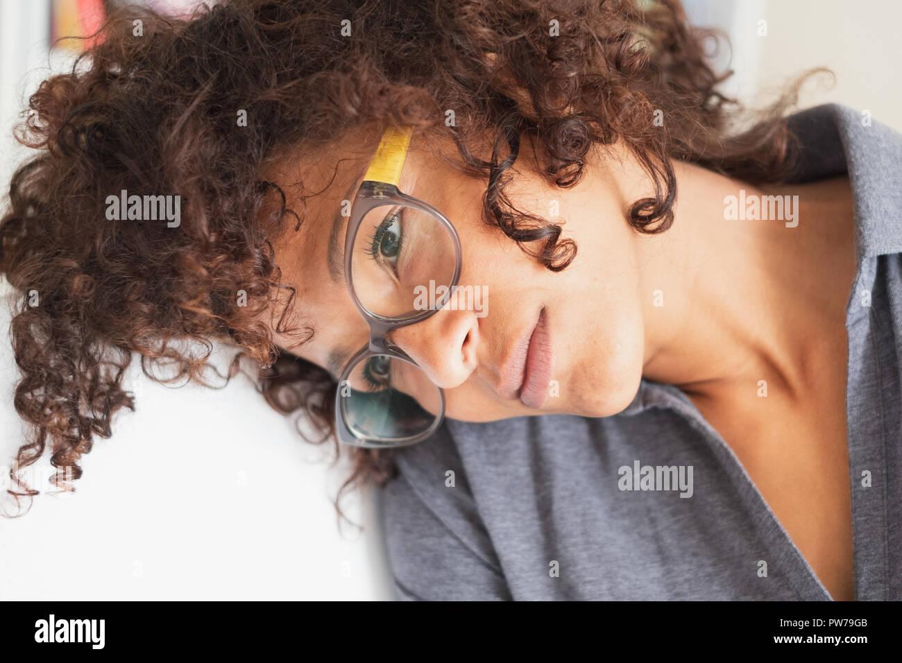 Pensativo y reflexivo retrato de mujer negra cara Foto de stock