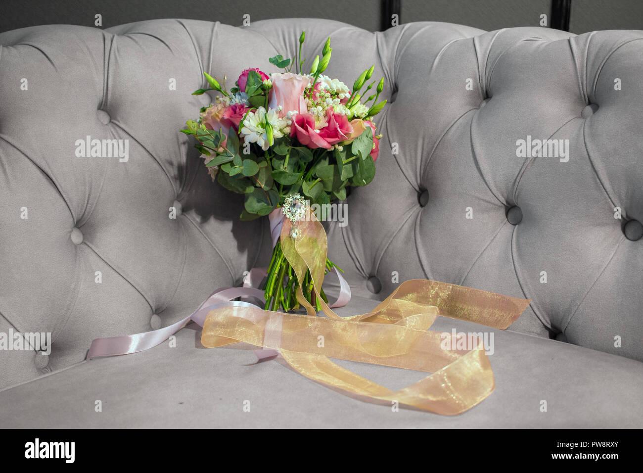 Boda Precioso Ramo De Flores Naturales En El Sofa Se Decolora En