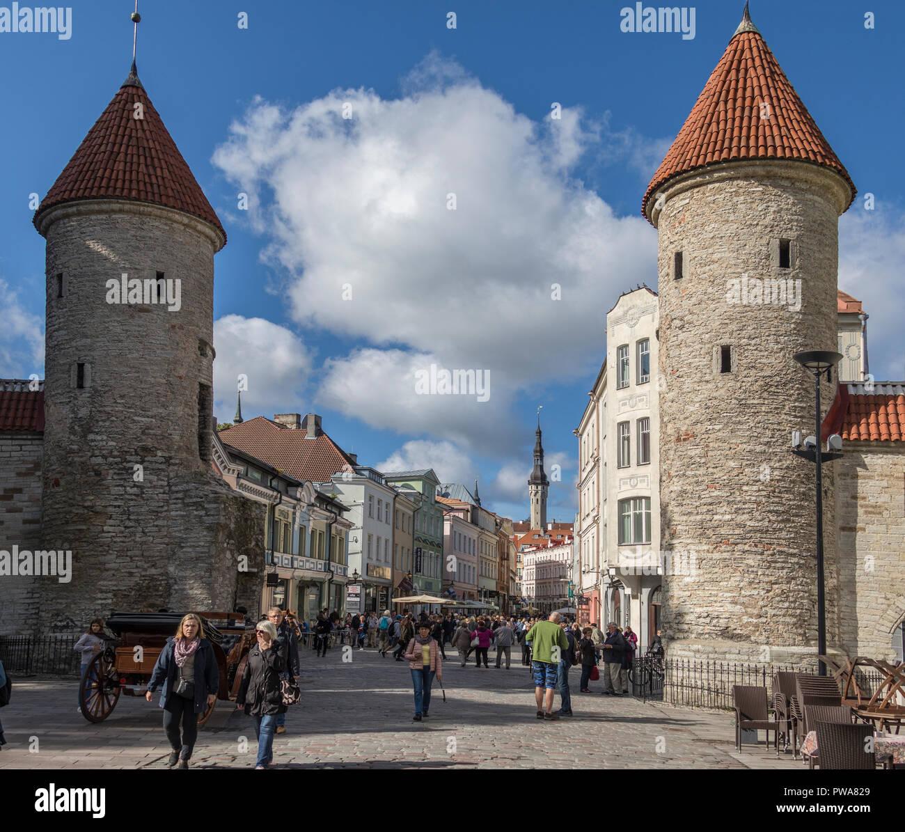 La entrada Viru, en el casco antiguo de la ciudad de Tallin en Estonia. Foto de stock