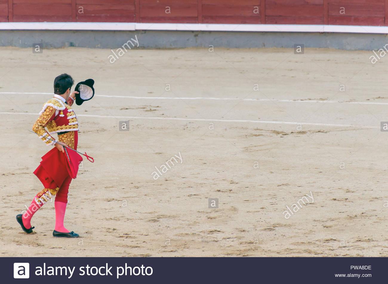 El torero con el capote y espada levantando su montera para saludar al  público en las 65a9e608a01