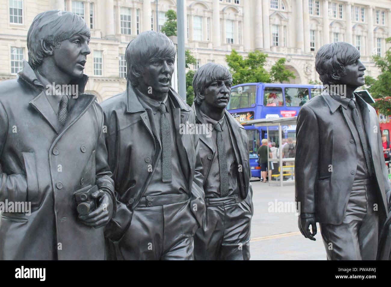 La estatua de los Beatles en Liverpool Albert Dock. Famoso monumento a John, Paul, George Harrison y Ringo Starr (the Fab Four) Foto de stock